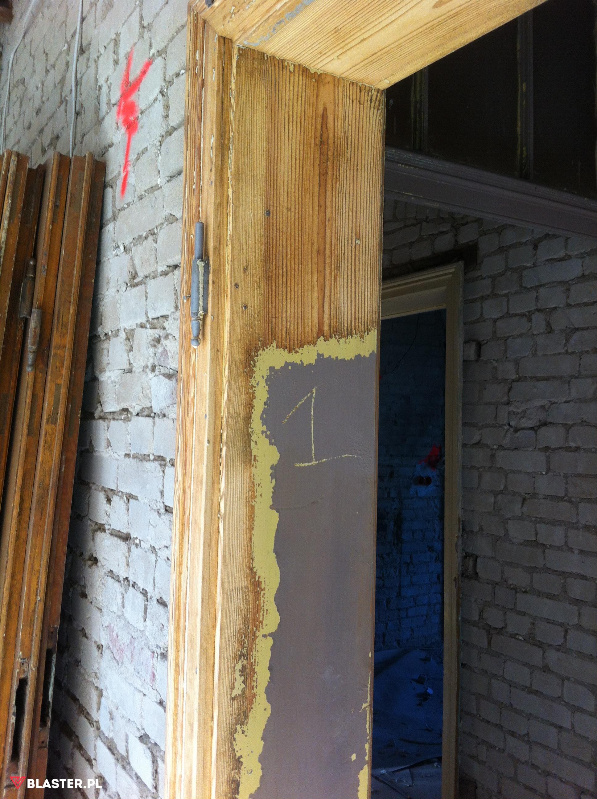 Usuwanie farby z drzwi