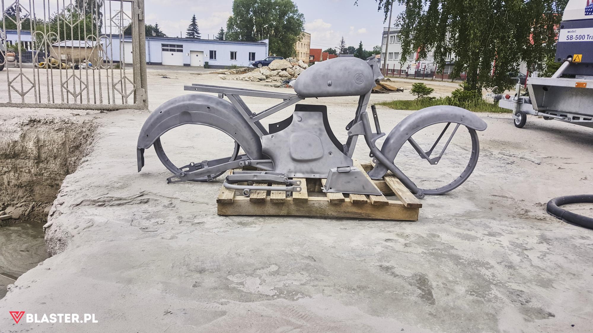 Polski motocykl SHL'ka – piaskowanie całkowite